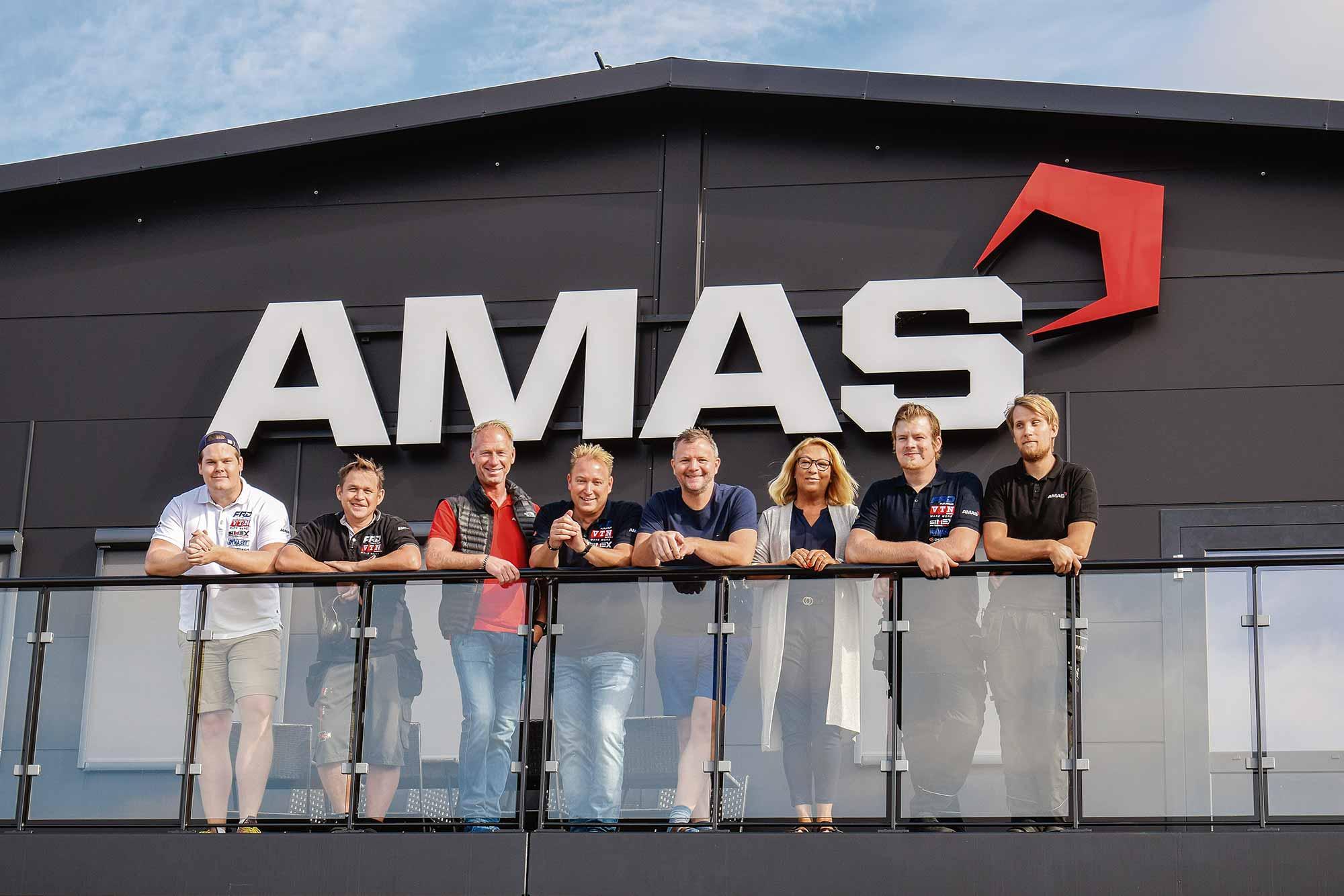 Alla anställda på AMAS Svenska AB står på balkongen.