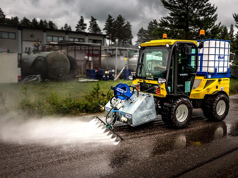 En Multihog redskapsbärare som tvättar en gata