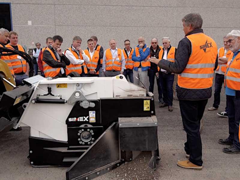 Företagare i Tysklans inspekterar ett fräshjul