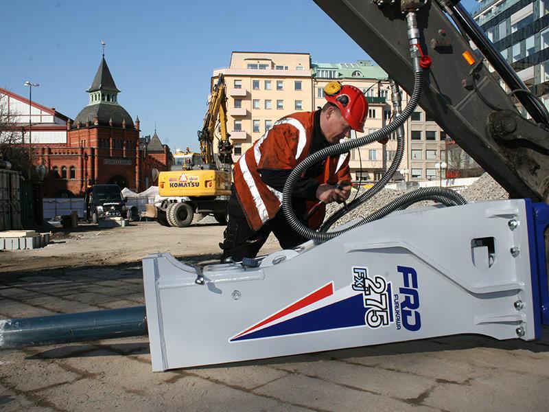 Per Svalby, servicetekniker skruvar på hydraulhammare